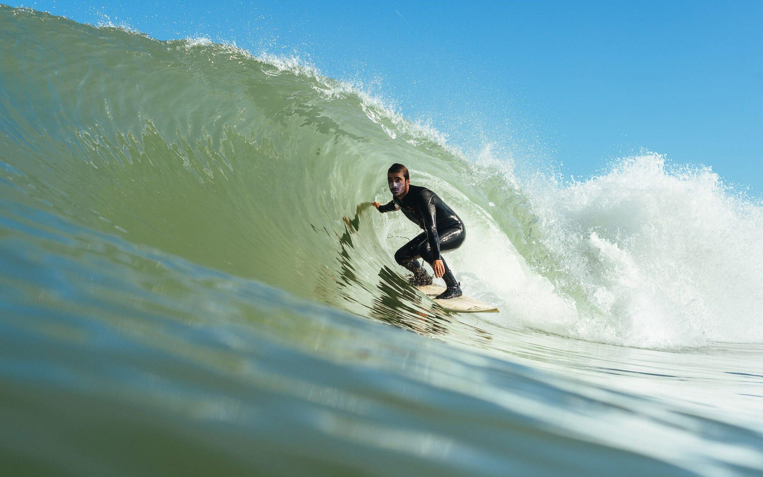 Erik Ringelberg surft in een golf in Nederland