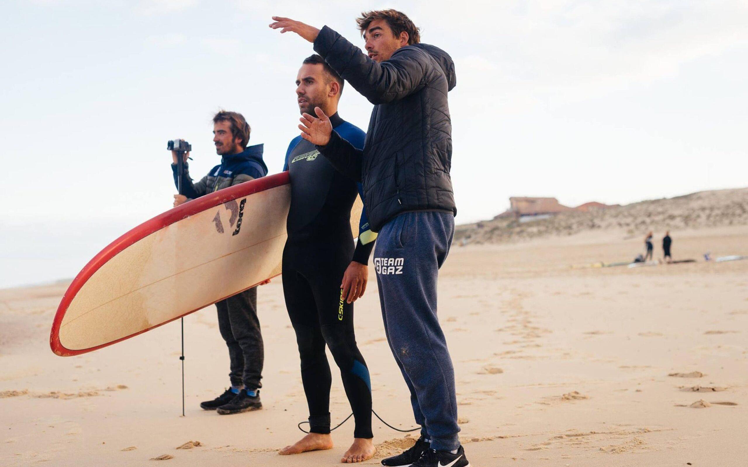 Uitleg aan een intermediate surfer