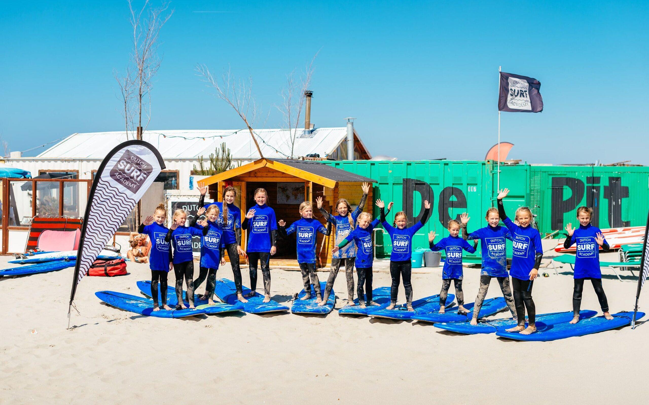 Kinderfeest meiden surfen strand