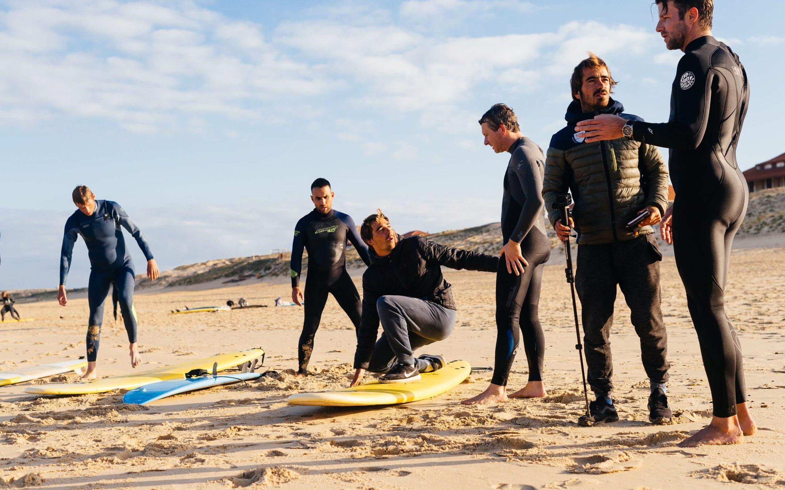 Surfcoaching met video camera op het strand in Frankrijk