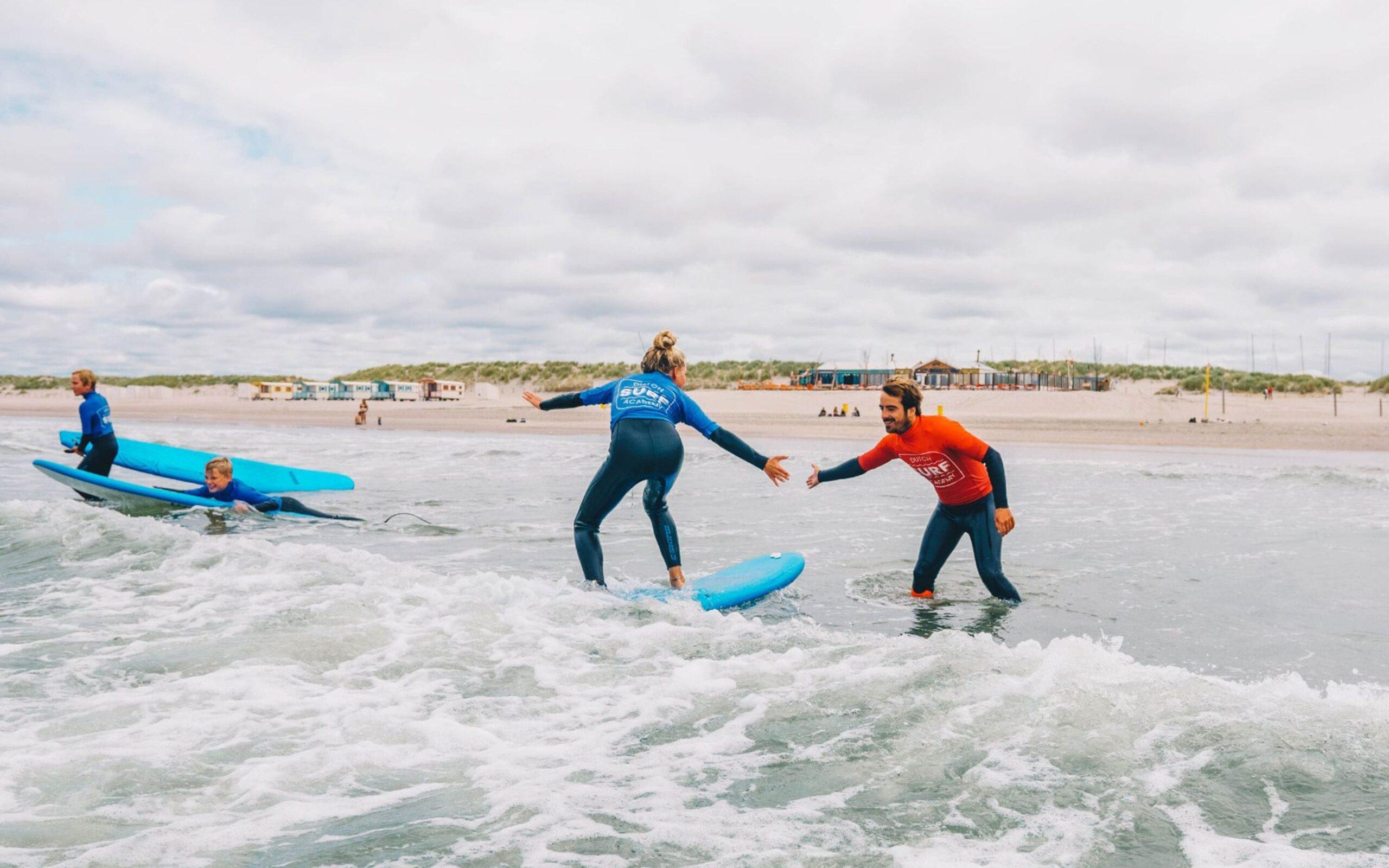 Meisje aanwijzingen surfen Surfleraar