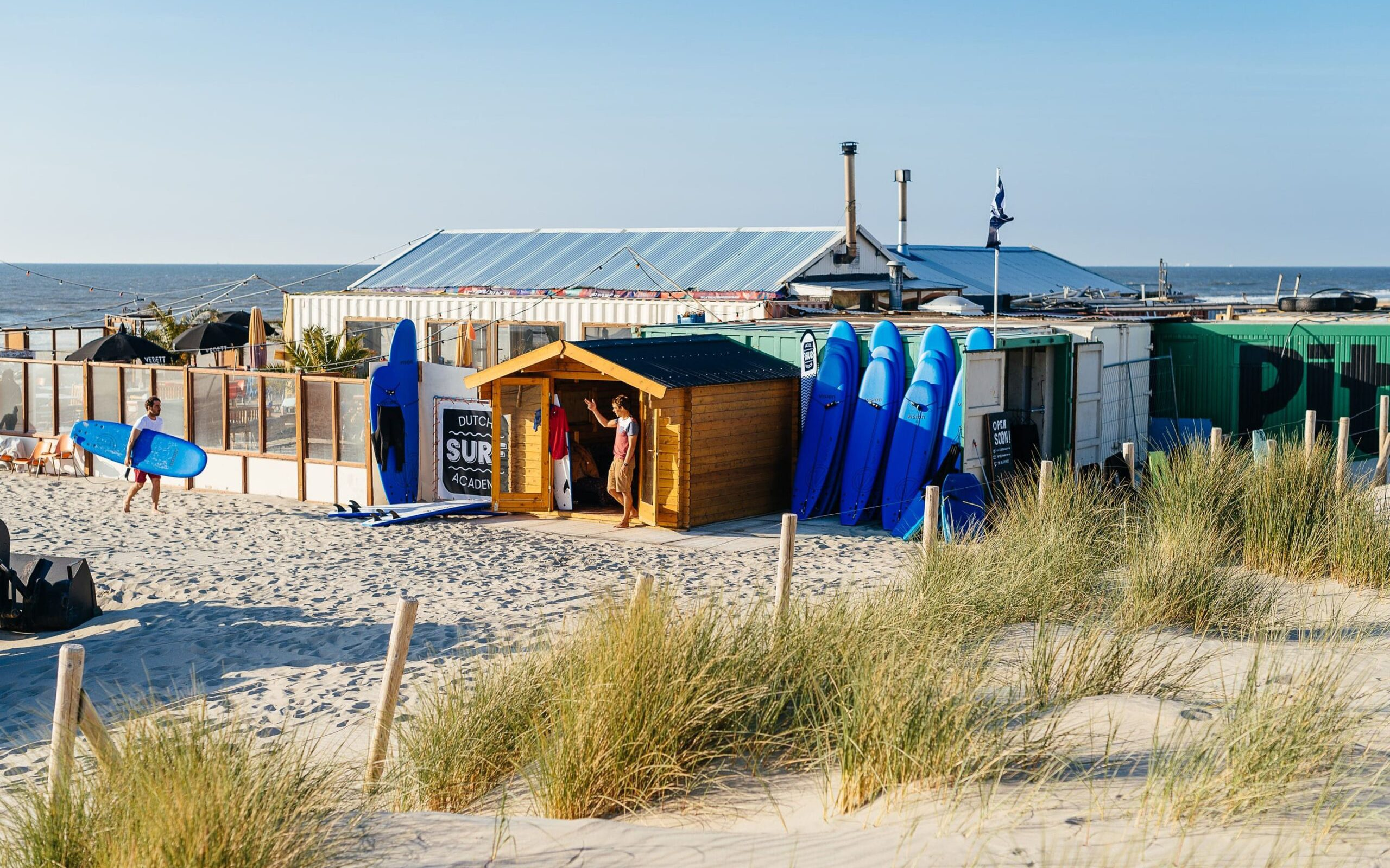 surfschool in Nederland met surfboards