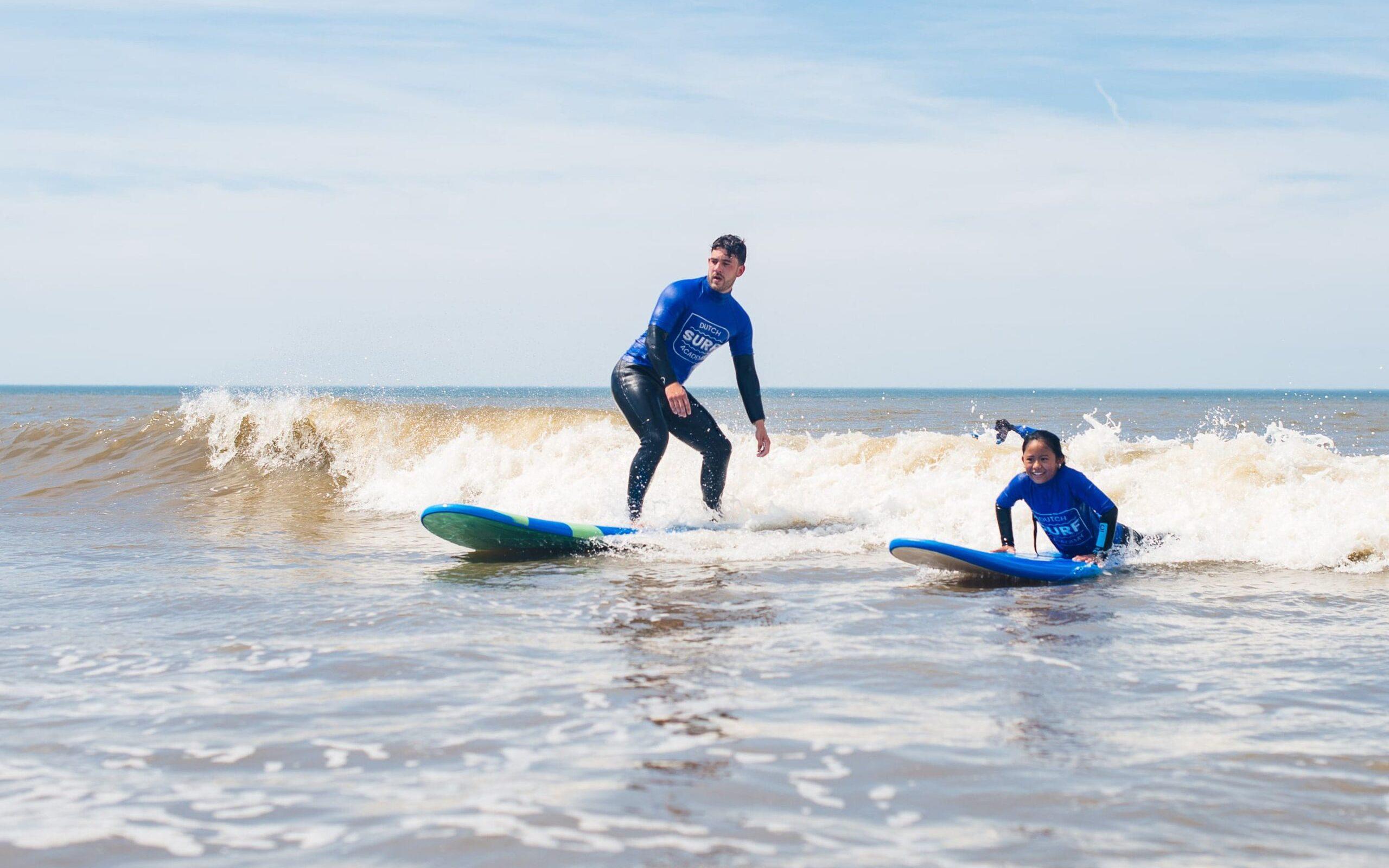 Familie aan het surfen