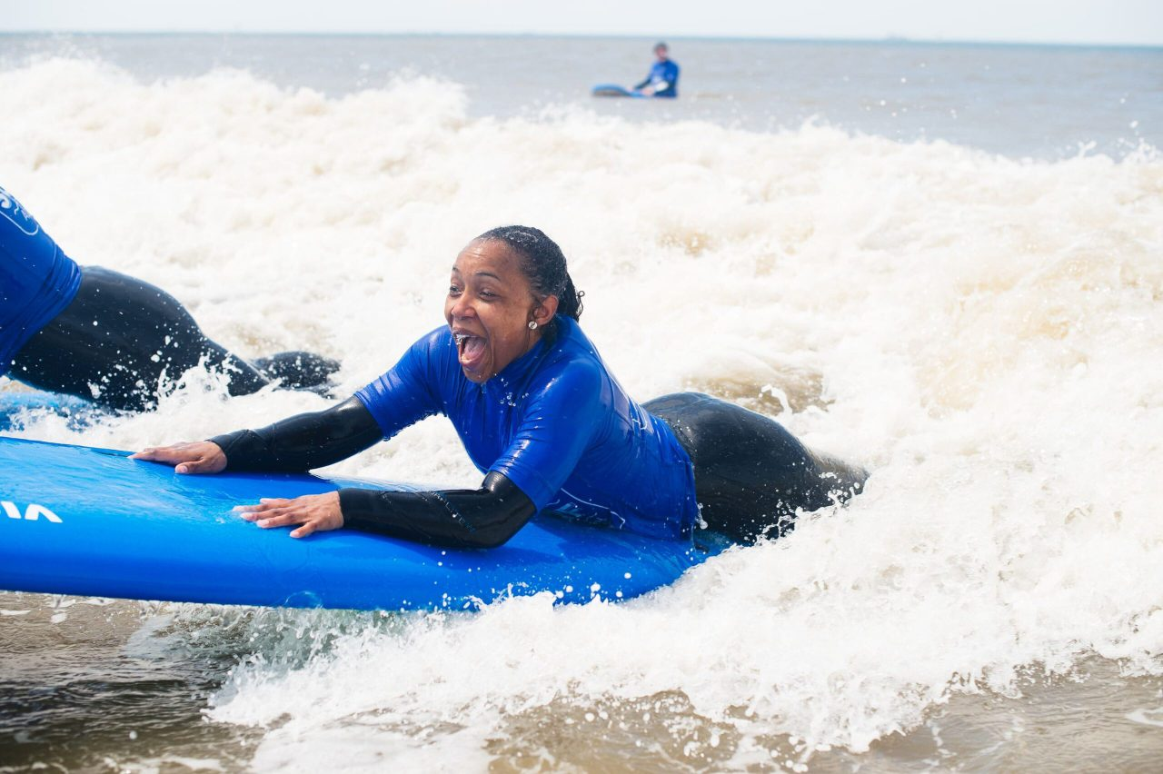 surfer is enthousiast door de golven