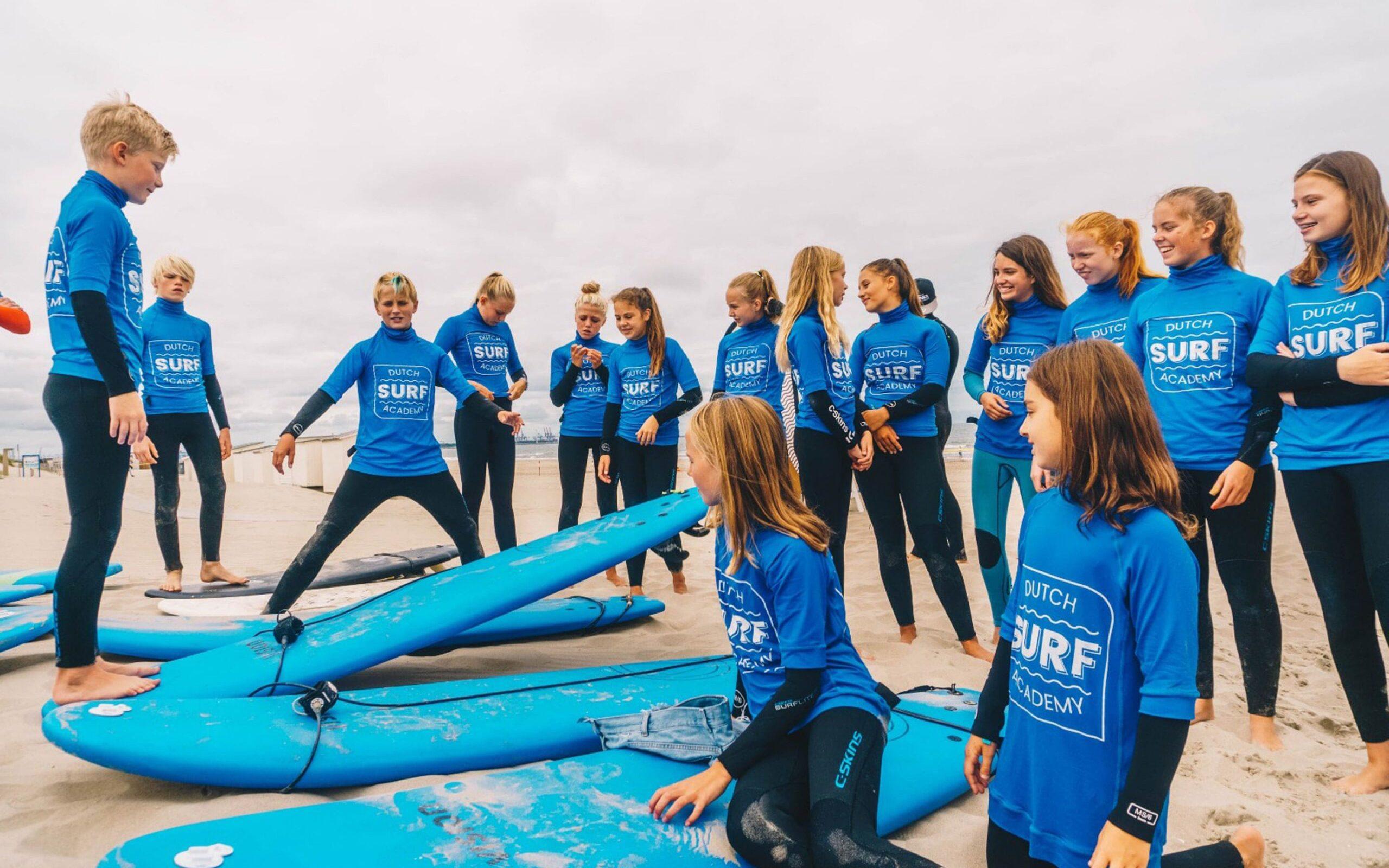 Kinderen op surfkamp chillen