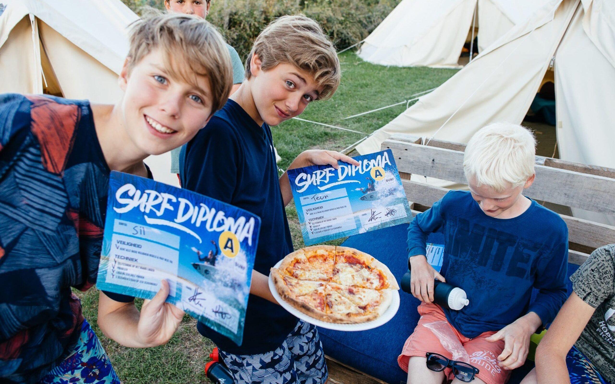 Kinderen surfdiploma pizza