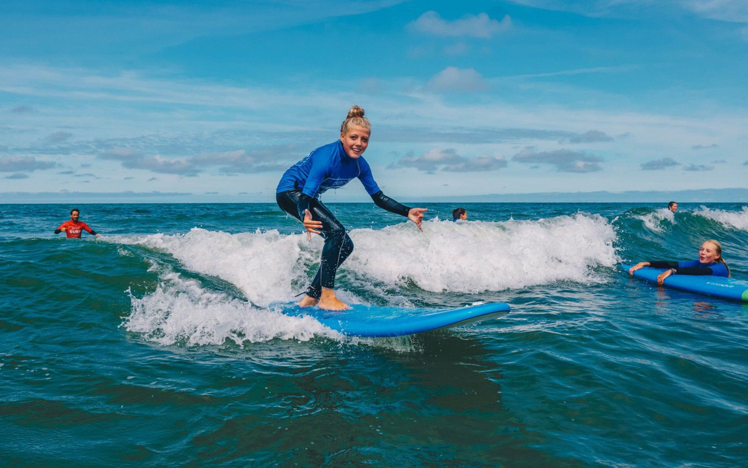 meisje surft tijdens surfkamp