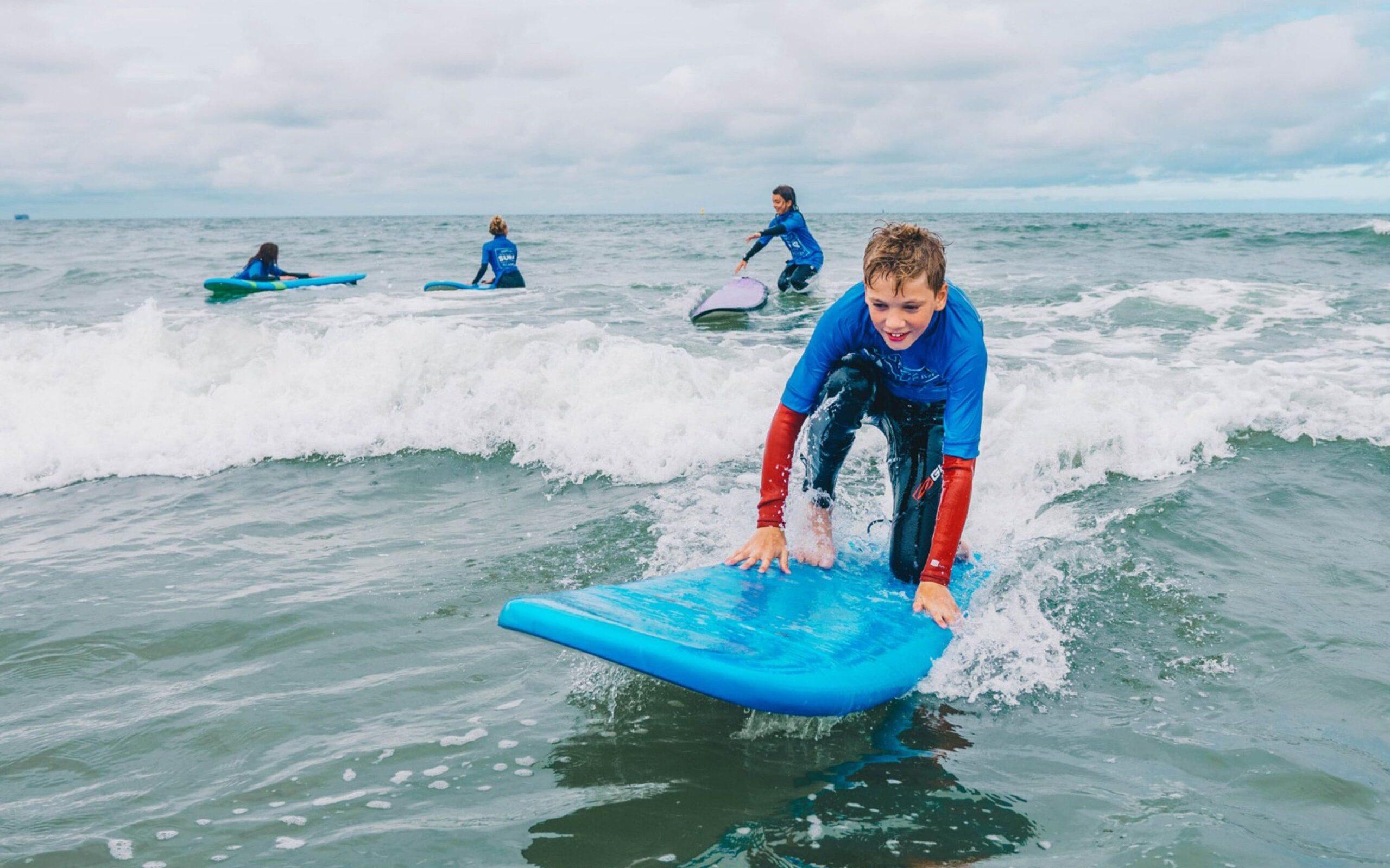 Surfles voor het eerst staan op de golven