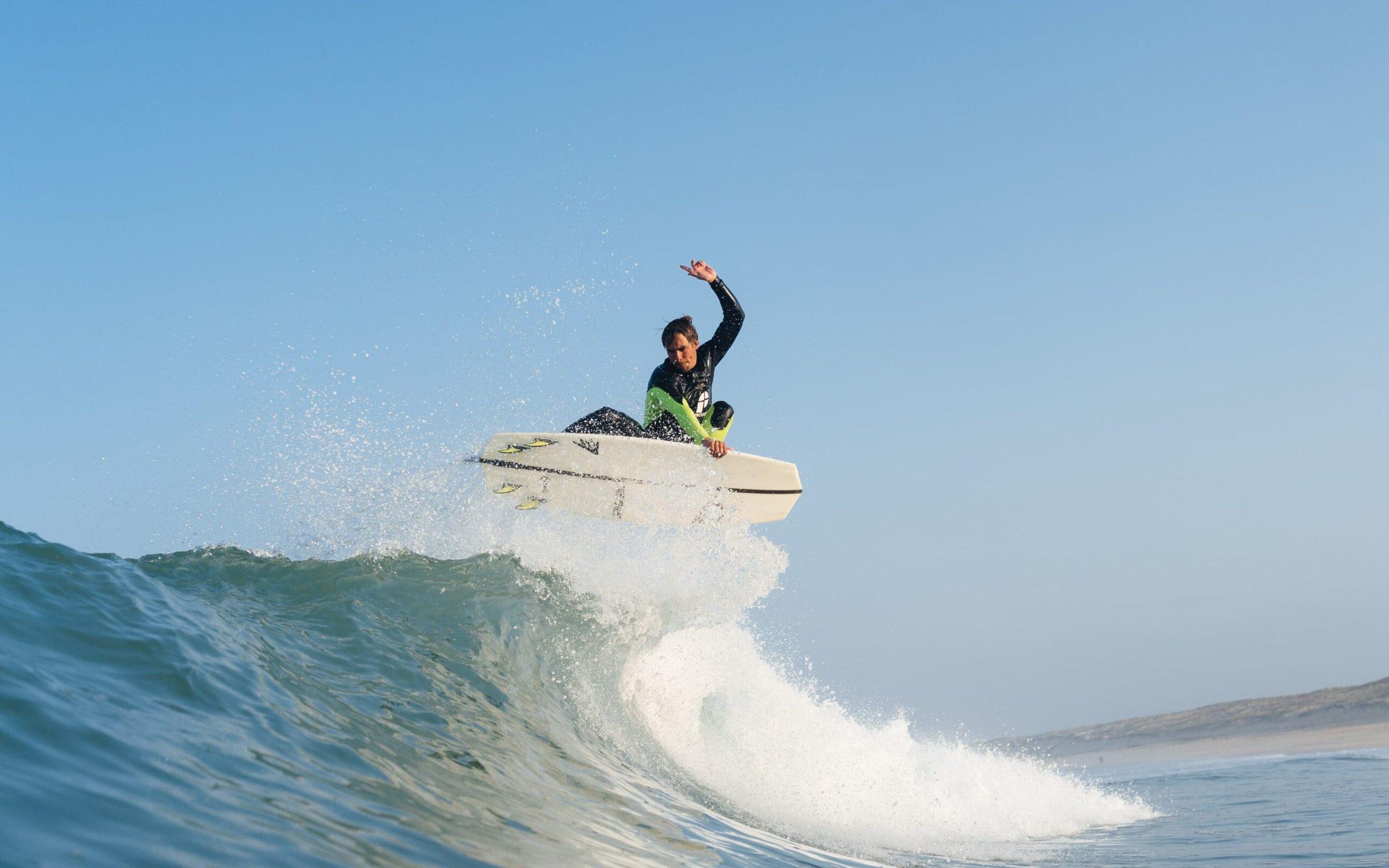 Kaspar Hamminga spring met zijn surfboard
