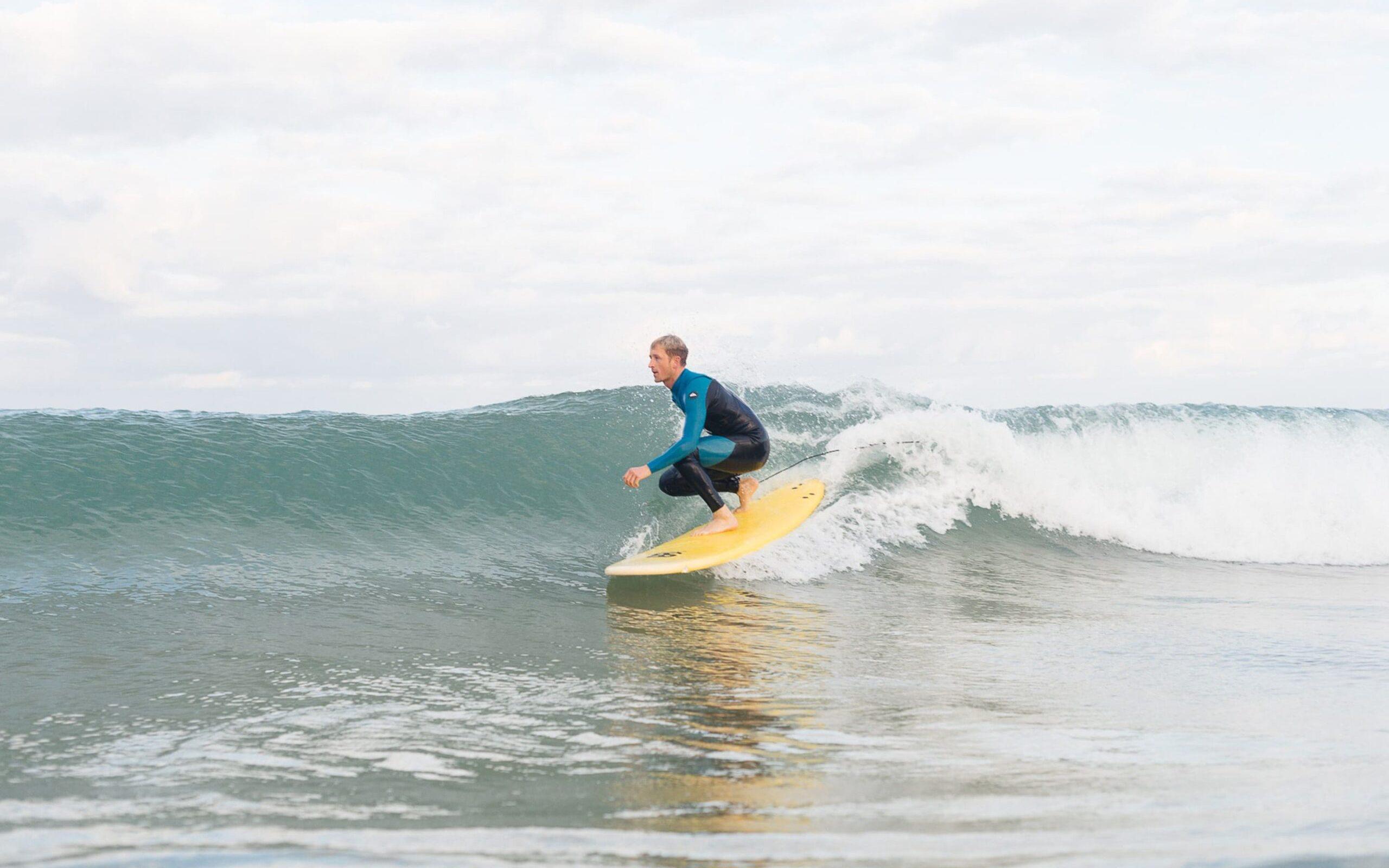 surfer surft down the line surfcoachingsweken