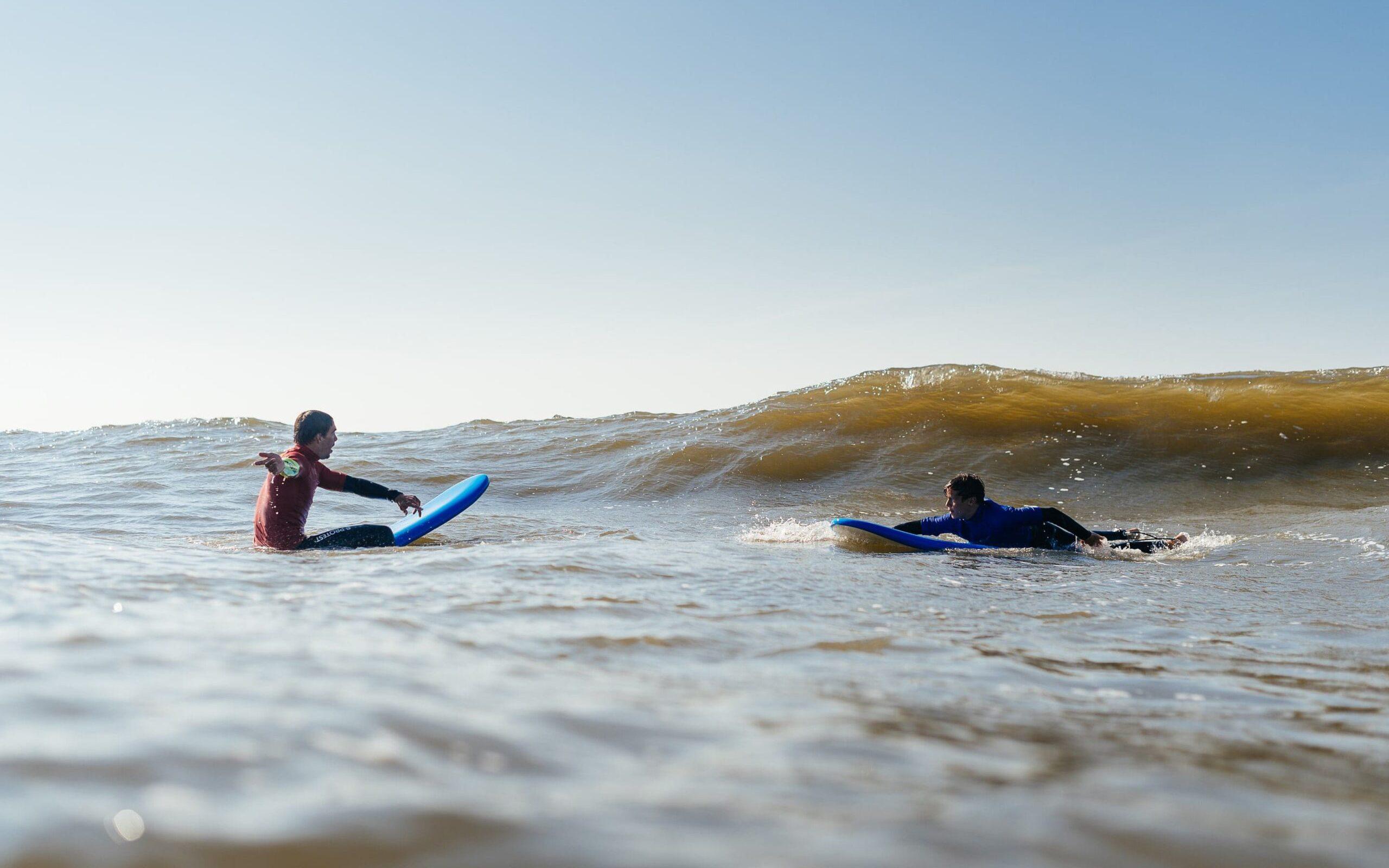Surfer paddels tijdens Priveles greenwave