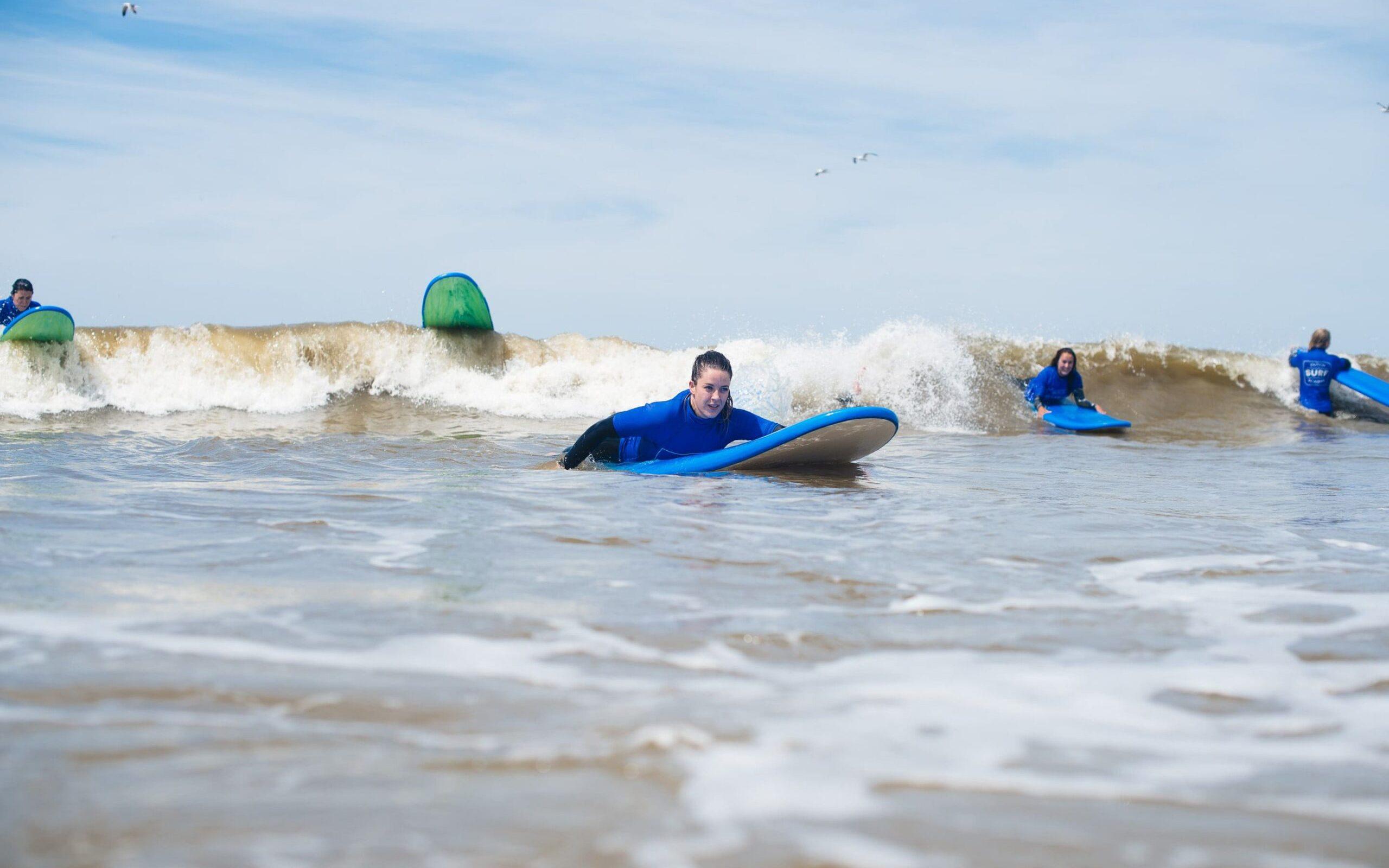 surfers paddelen voor golven