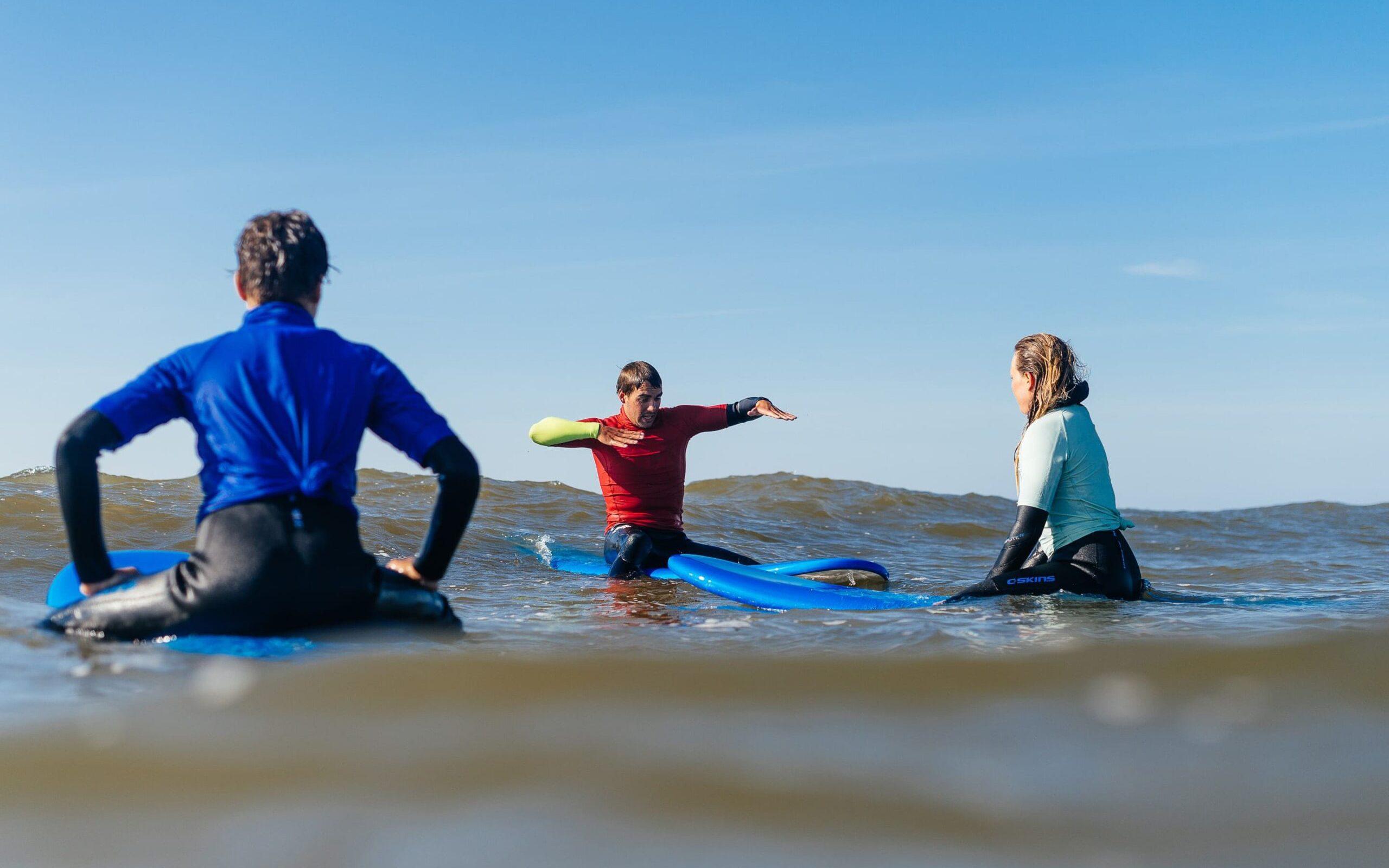 surfers krijgen Priveles in het water