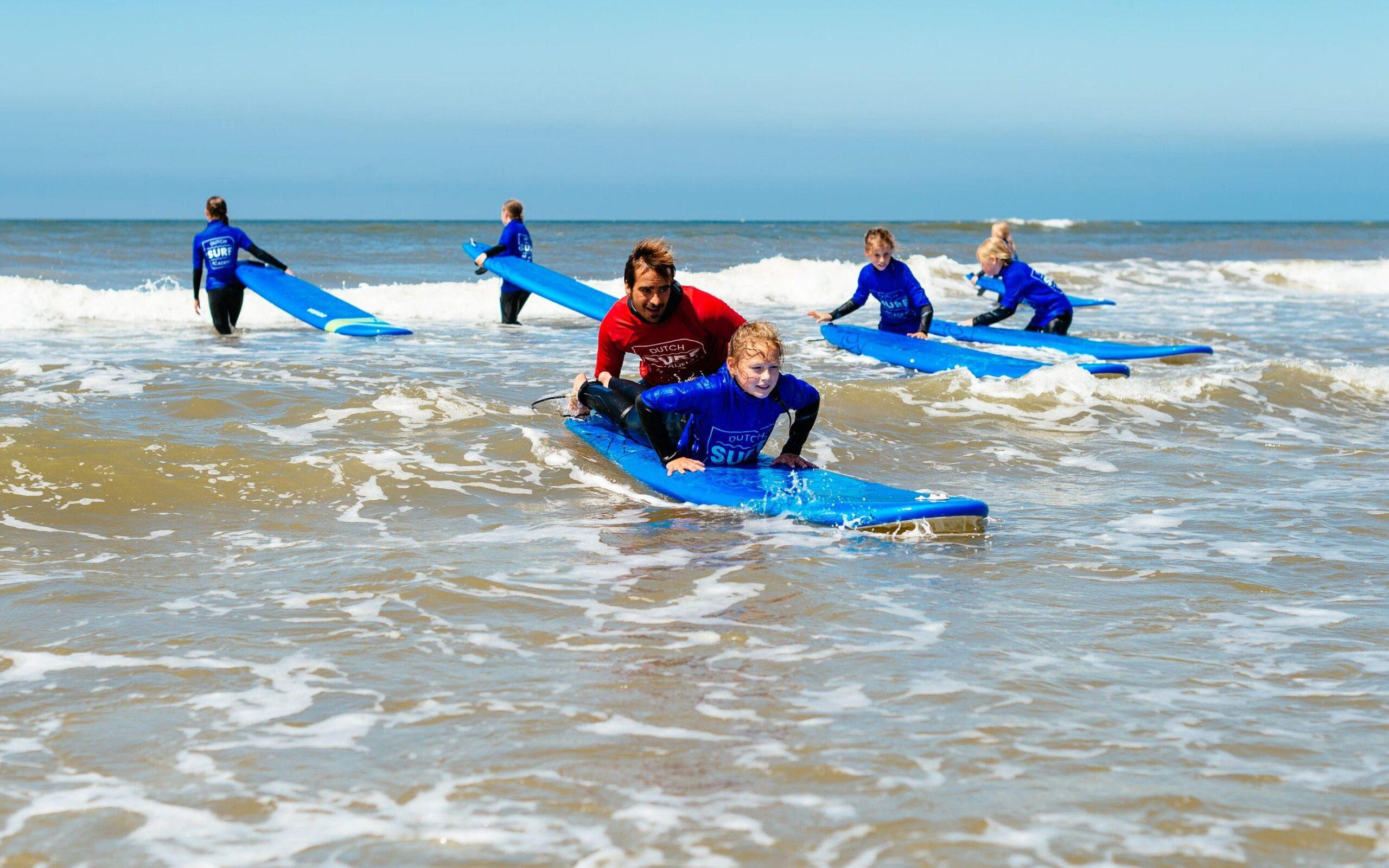 Surfleraar helpt leerling