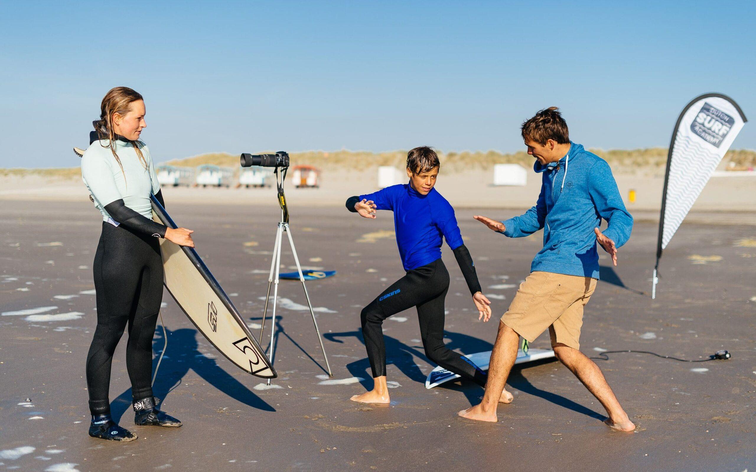 golfsurfers krijgen surftips op het strand door surfcoach