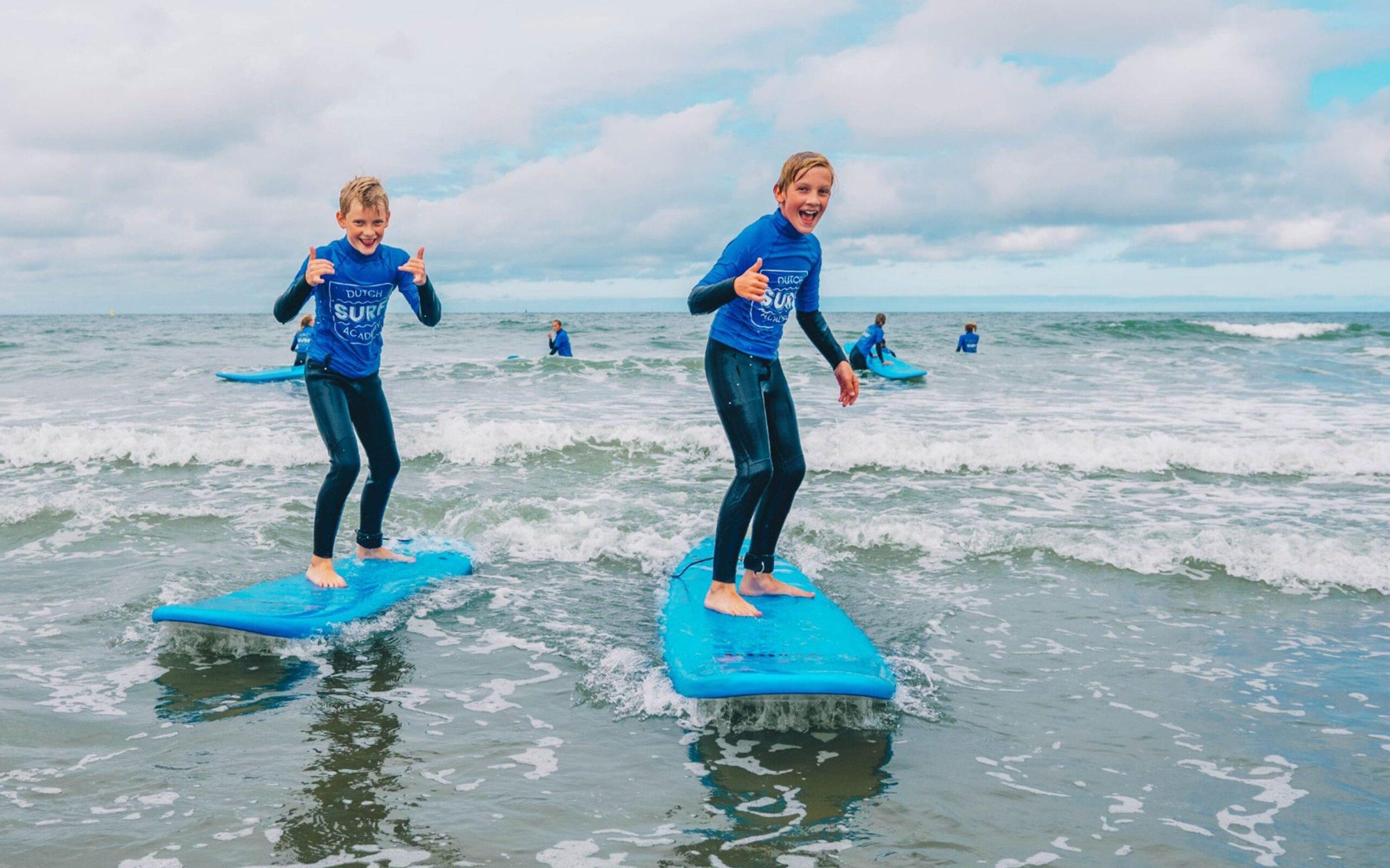 twee jongens golfsurfen Nederland
