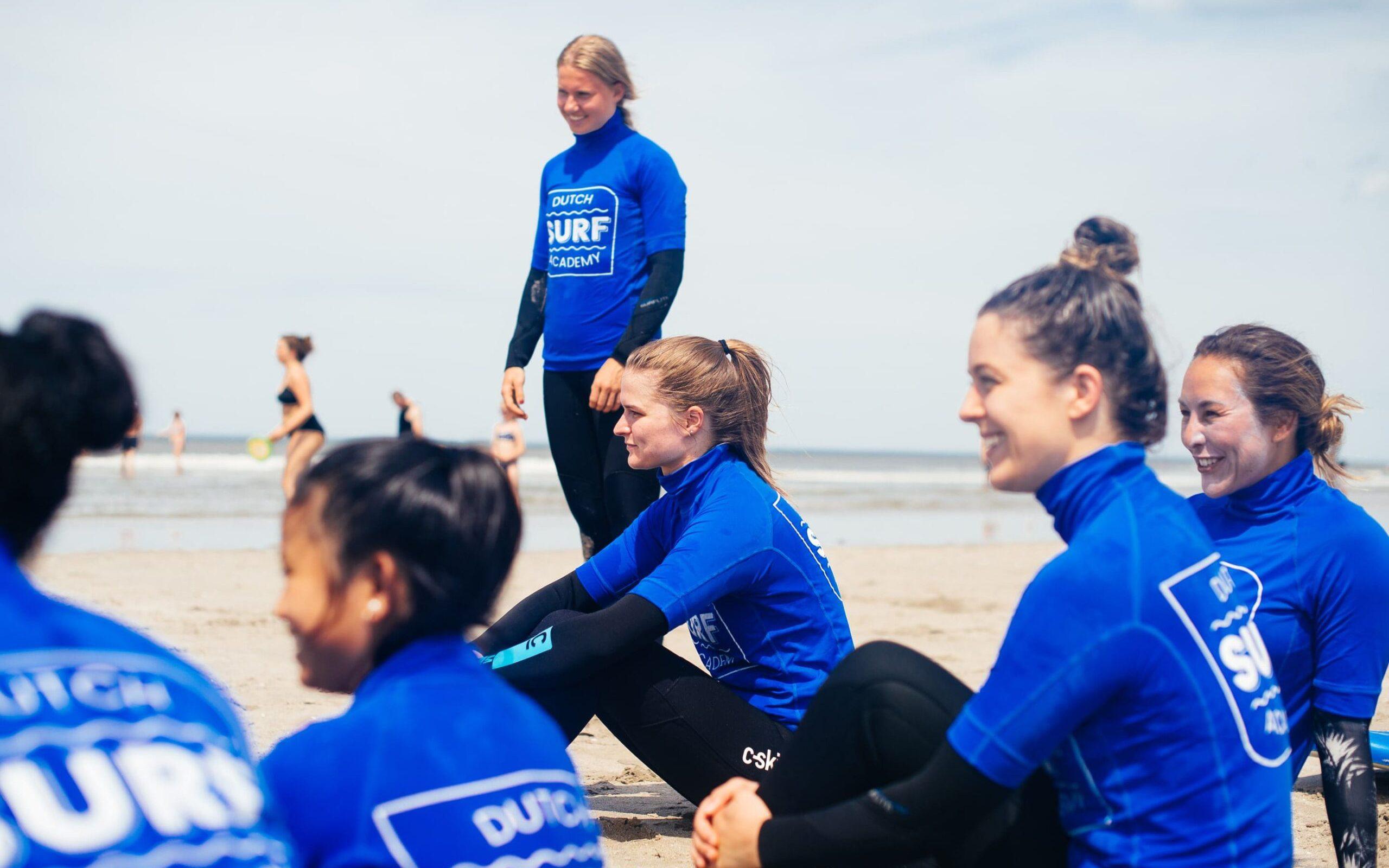 Sportief vrijgezellenfeest surfen op het strand